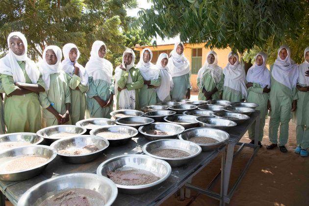 給食を待つ子供たち(アルデーバ学校)