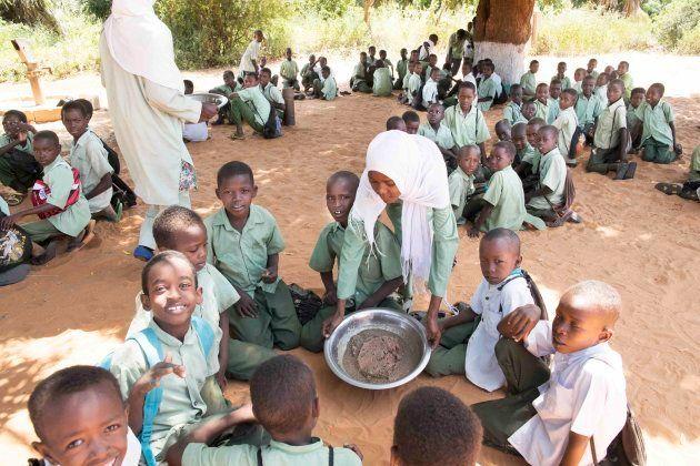 各グループの代表が給食の皿を据える(アルデーバ学校)