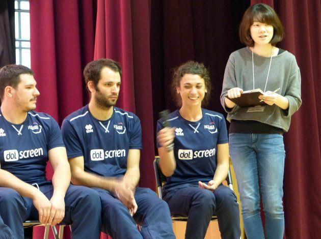 歓迎セレモニーで自己紹介をするフランス人選手の様子。右端が筆者(撮影者:明石小学校)。