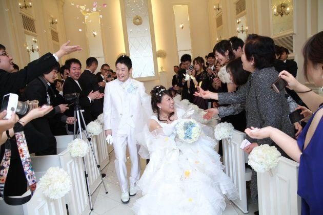 結婚式で祝福される中原麻衣さんと尚志さん=2014年12月、岡山市