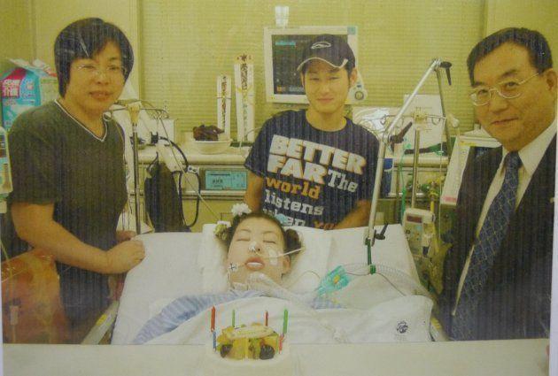 意識がないころの麻衣さん。病床では、尚志さんと麻衣さんの両親が毎日のように見守った=岡山市