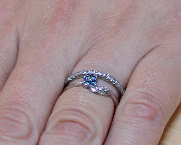 麻衣さんの左手薬指には二つの指輪が輝く。奥が実際に結婚する際に尚志さんから贈られた指輪。手前は、プロポーズのときに贈られた指輪