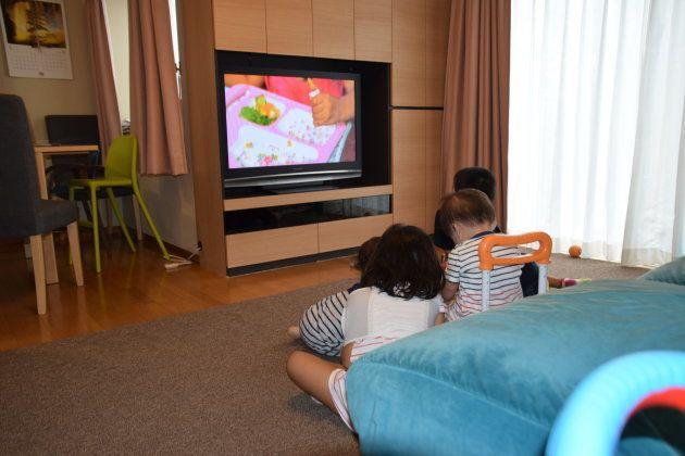 リビングで、並んでテレビを見る子どもたち