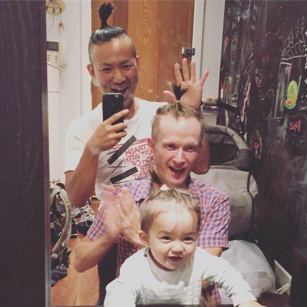 ロンドンの友人宅にて。「僕がふだん髪を結んでいるのを見て真似したがり、またもうひとりのパパもやれと指示され、三人揃ってこの髪型になったところです」