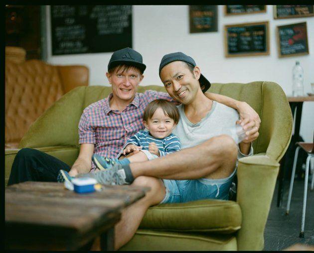 スウェーデン人男性のリカさん(左)と日本人男性のみっつんさん(右)と息子(中央)