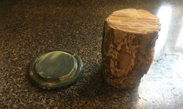 小さめの挽臼に「タナカ」の木