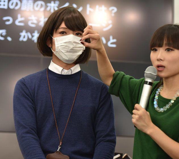 メイク後の男性記者(左)とIMAさん。時間の関係から、マスクの上の部分だけをメイクした