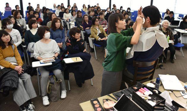 IMAさんのメイク実演に注目する参加者たち