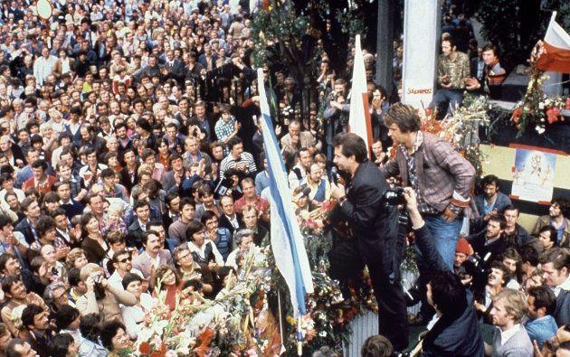 ポーランドの民主化を率いた、自主管理労組「連帯」のワレサ議長の演説を聞く労働者ら。撮影日:1980年08月25日(ポーランド・グダニスク)