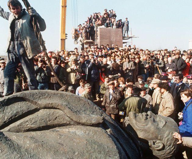 たくさんの市民が見守る中、地上におろされたレーニン像(ルーマニア・ブカレスト)撮影日:1990年03月05日