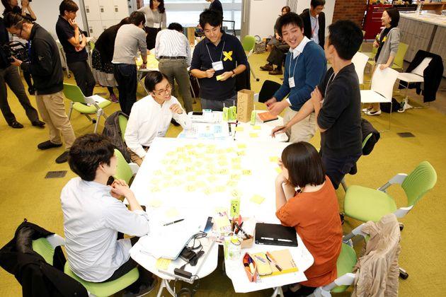 アイデアのグルーピングに取り組む参加者たち