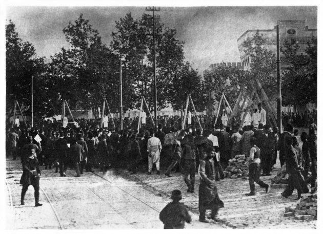絞首台に立たされるアルメニア人たち(1915-23年ごろ)。
