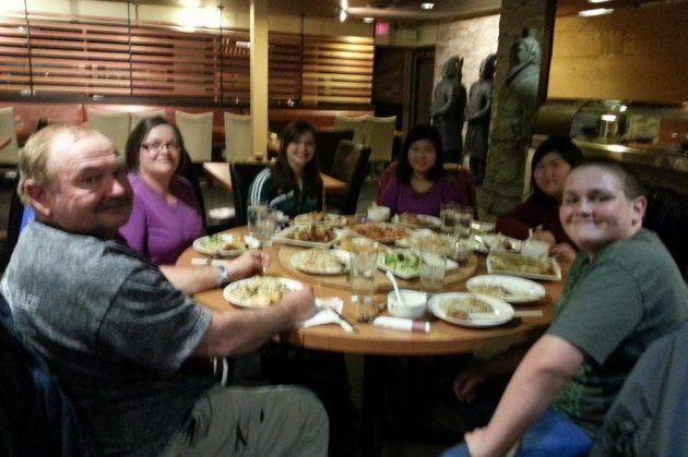 誕生日には日本食レストランでお祝いをしてくれた(私は右から3番目)