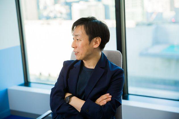 青野慶久(あおの・よしひさ)。サイボウズ代表取締役社長。1971年生まれ。愛媛県今治市出身。大阪大学工学部情報システム工学科卒業後、松下電工(現 パナソニック)を経て、1997年8月愛媛県松山市でサイボウズを設立した。2005年4月には代表取締役社長に就任(現任)。社内のワークスタイル変革を推進し、離職率を6分の1に低減するとともに、3児の父として3度の育児休暇を取得している。2011年からは、事業のクラウド化を推進。厚生労働省「働き方の未来