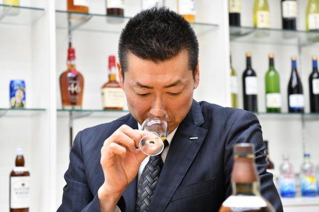 ウイスキーのテイスティングをする佐々木さん