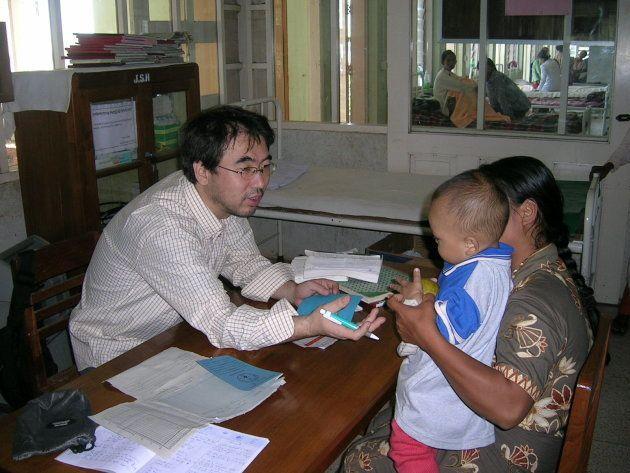 医療支援の現場で子どもを診察する吉岡さん。このころ、ジャパンハートを設立した=2004年