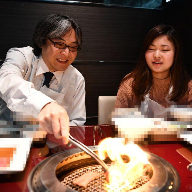 肉を焼く久世さんと私①(お店の特定を避けるために加工を入れています)