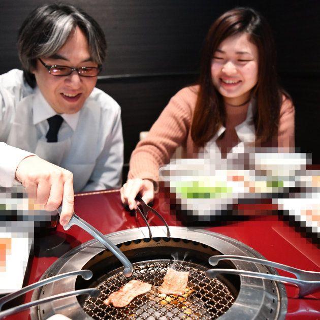 肉を焼く久世さんと私②(お店の特定を避けるために加工を入れています)