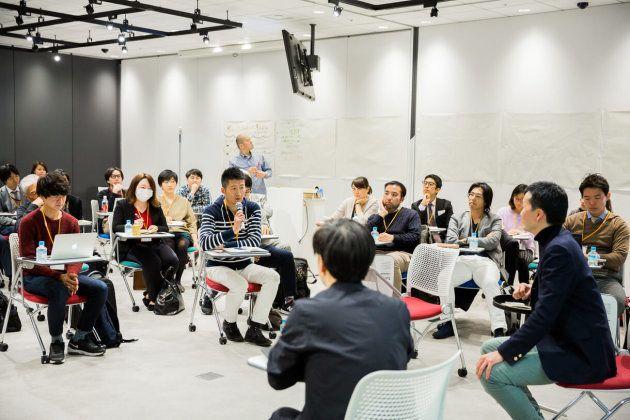 円の中心にいる5人が発言し、「話したい」という人とどんどん席を交代していく「フィッシュボウル」形式でトークセッションを行いました。