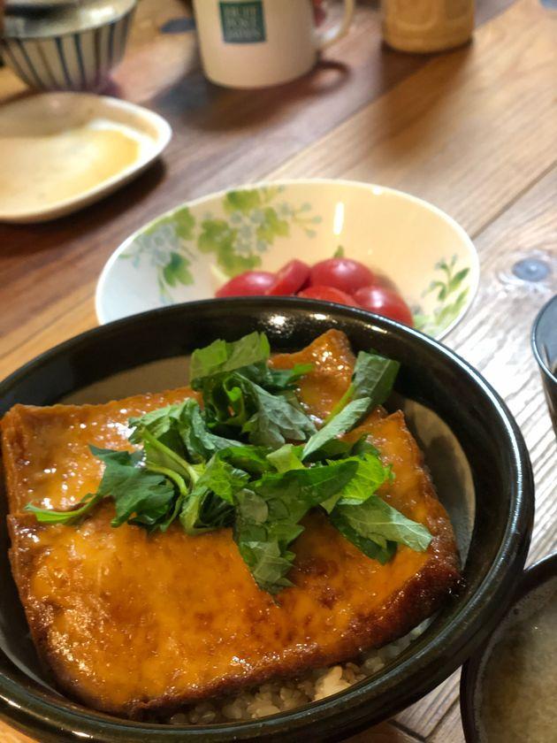 私の自信作「厚揚げ丼」。うな丼のタレ風味で作ってみました。