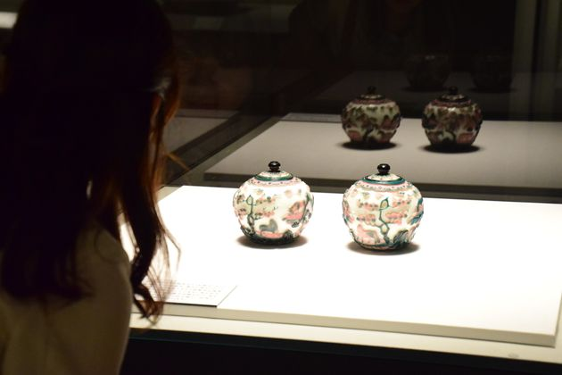 白地二色被山水遊馬文蓋付壺 清時代・乾隆年間(1736-95年) 中国 サントリー美術館