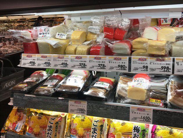 那覇市内のスーパー。清明祭の季節には、重箱料理に使われる色とりどりの「かまぼこ」が並ぶ。赤かまぼこも使われる(2018年4月)