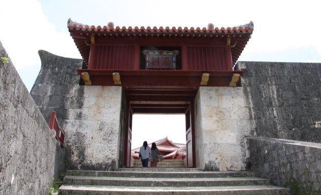漏刻門。門上の櫓に水槽を設けて、水槽から水が漏れる量で時間を計ったという。