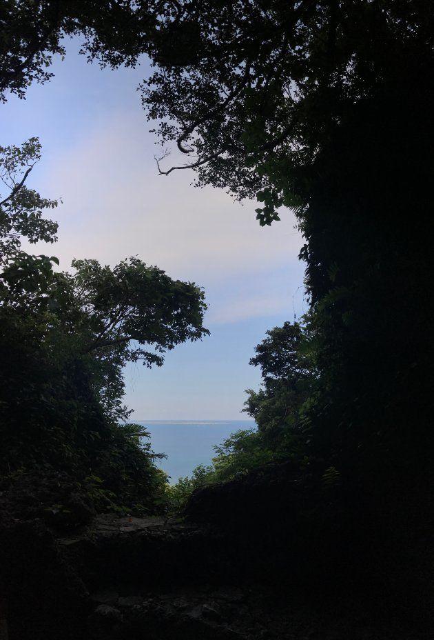 琉球王国の聖地「斎場御嶽(セーファーウタキ)」にある拝所の一つ「三庫理(サングーイ)」。向こうには琉球王国時代に「神の島」と呼ばれた久高島を望む。