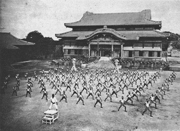 戦災で失われる前の首里城正殿で行われた空手演武(1938年)。