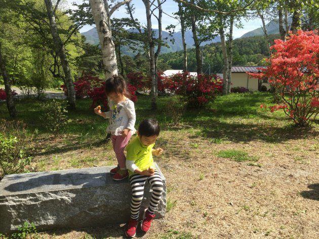 平田さんのお子さんたちも庭でのんびり。