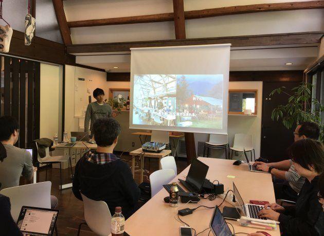 森のオフィスの説明をする津田さん。週4日は富士見町、週3は東京の2拠点生活を送っている。