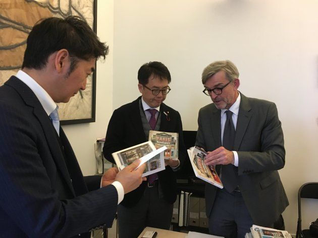 ギシャール氏から両氏に、パリ市の歴史的商店を集めた本をプレゼント。文化遺産を保護しながら市民生活の便を図るのが、パリ市の方針だ。