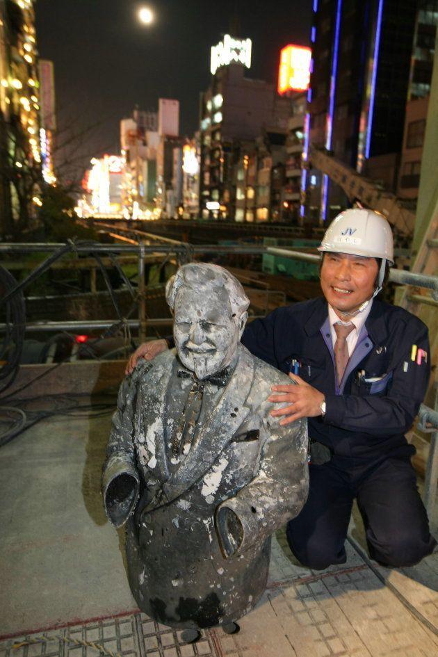 阪神タイガースが優勝した1985年に道頓堀川に投げ込まれ、24年ぶりに発見された「ケンタッキー・フライド・チキン」の創業者カーネル・サンダース像=2009年3月10日、大阪市中央区道頓堀