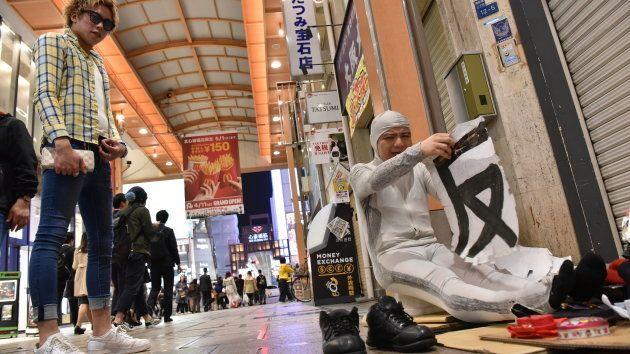 「常連客」にネタを披露するオドゥー=4月、大阪市中央区
