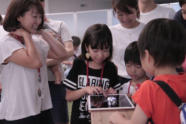 ガジェットのタッチ・アンド・トライコーナーでは、親子が集まってアプリを楽しんでいました