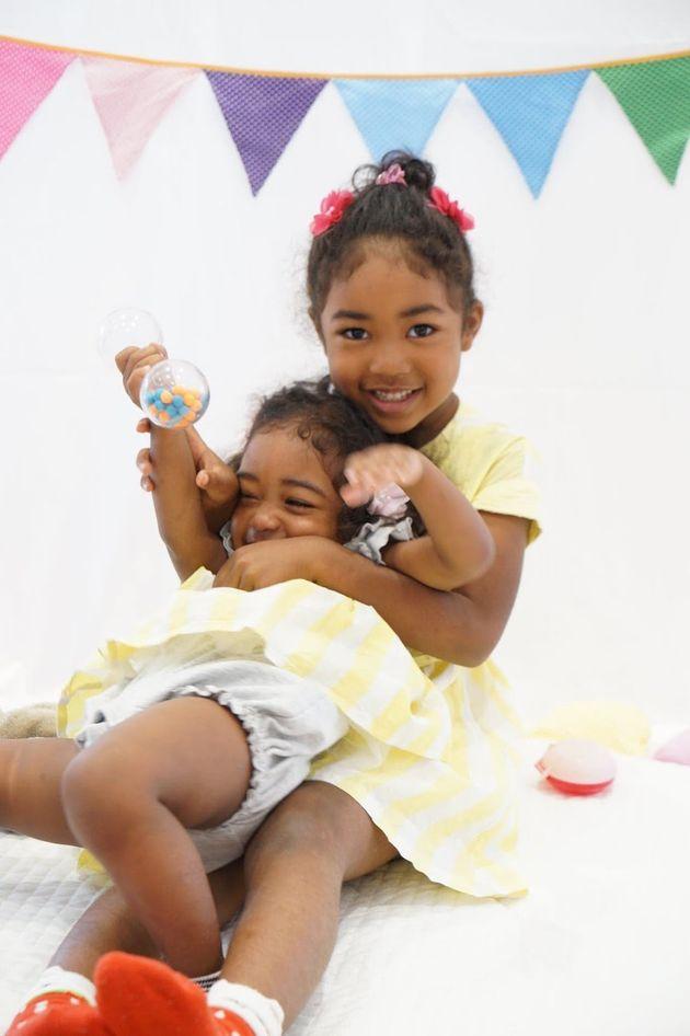 妹のりさちゃん(左)と姉のななちゃん