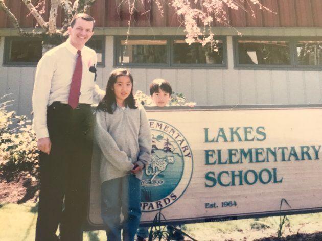 アメリカの転校先の小学校の校長先生と弟と筆者(中央)