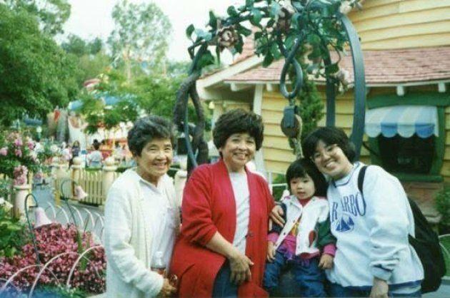 カリフォルニア州にあるディズニーランドに、家族と出かけたときの写真。左から曾祖母、祖母、筆者(当時3歳頃)、母親。