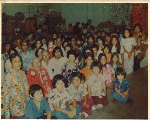 1970年代、日本の親戚がハワイに移住した親戚を訪ねた時に一族で集まって撮った。子どもだった筆者の母親も写っている。