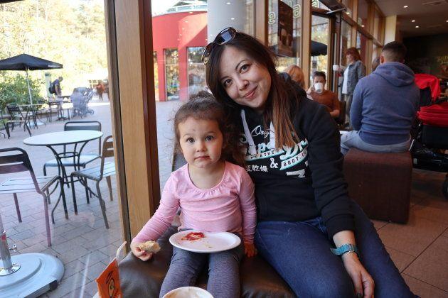 3歳の娘、ヴァイオレット・紫苑と筆者