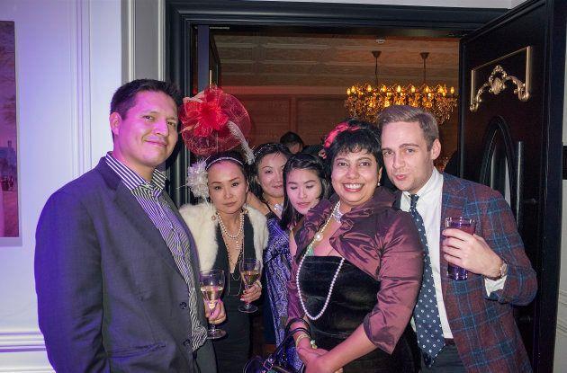 友人たちと筆者=2015年、上海で