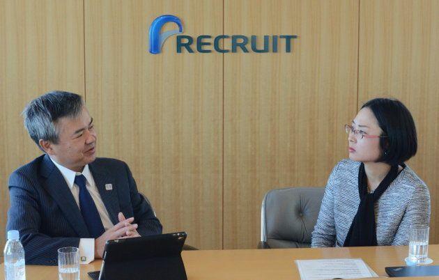 清水社長(左)にインタビューする天野さん