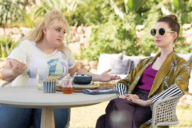 Anne Hathaway e Rebel Wilson são golpistas no trailer da comédia 'As