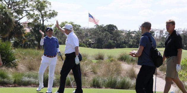 ゴルフをする安倍首相とトランプ大統領(February 11,
