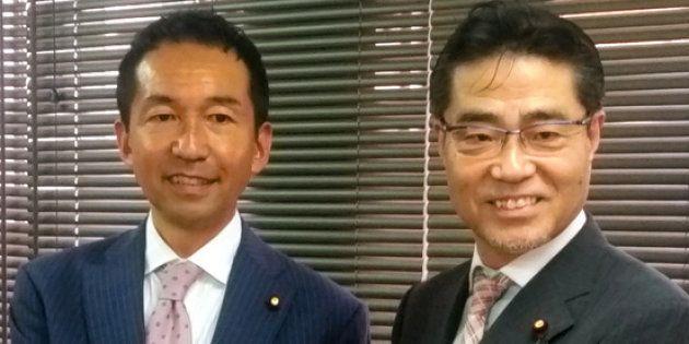 新党への参加を表明した自民党の福田峰之内閣府副大臣(左)と若狭勝衆院議員=東京都豊島区