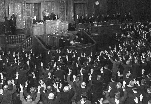 衆院解散を受け、万歳する議員たち(東京・国会・衆院本会議場) 撮影日:1966年12月27日