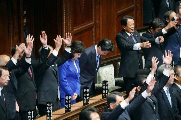 衆議院が解散され、一礼する安倍晋三首相(中央)=9月28日、国会内