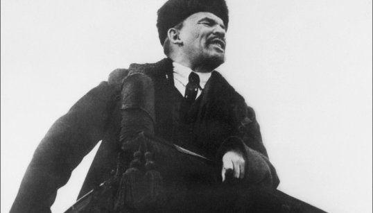 ロシア10月革命の1周年記念式典で演説するレーニン(ソ連・モスクワ) 撮影日:1918年10月01日