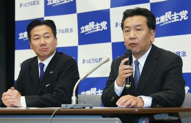 立憲民主党の衆院選1次公認候補を発表する枝野幸男代表(右)。左は福山哲郎幹事長=10月6日午後、東京・永田町の参院議員会館