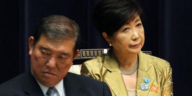 自衛隊高級幹部会同に、元防衛相として出席した東京都の小池百合子知事(右)と石破茂氏=2017年09月11日、防衛省